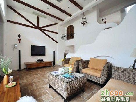 客厅里,反差被恰当地安排,以木材质作为电视墙上的横梁似的造型和客厅图片