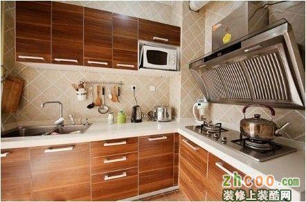 餐厅 原木的橱柜,侧吸式的抽油烟机,厨房让整个水泥屋充满了家的味道