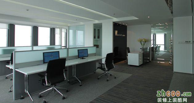 前台位置相对狭小,于是在进门玄关处用镜子延长视觉感受,同事增加前台处的采光。