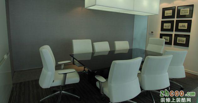 会议室类似一般家庭饭桌的大小,空间利用充分,共8个椅位,对于小公司来说,完全够用。