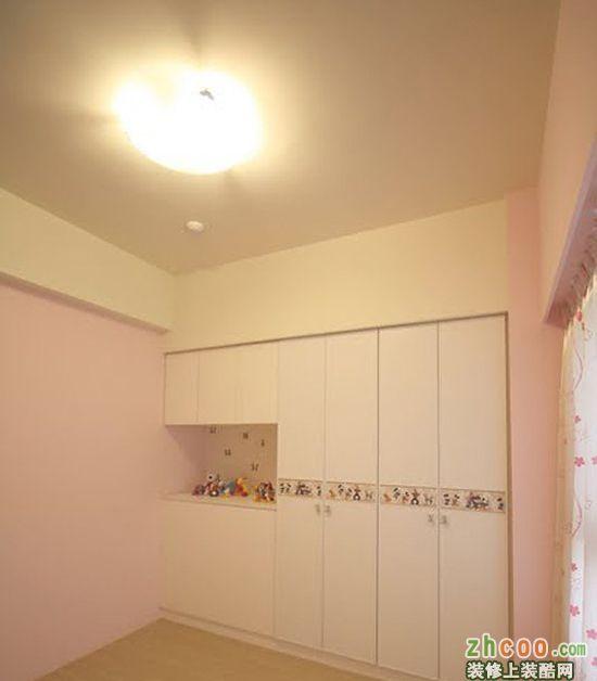 主卧室的两面定制的衣柜橱柜.