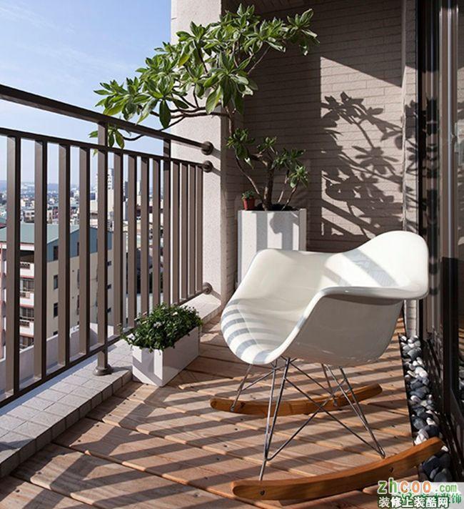 阳台地面使用户外防腐木与工艺石头铺贴