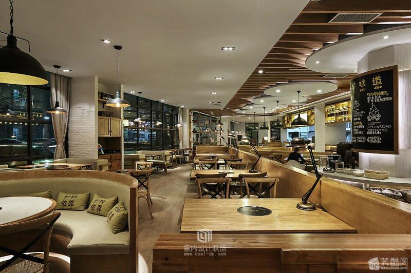 拾味馆颠覆了其以往的餐厅设计风格,本案围绕浓浓香馥的骨汤为空间情感的诉求,让消费者在用餐环境中感受到骨子里的浓浓味道。 郑州工装公司超凡装饰-上海特色餐馆