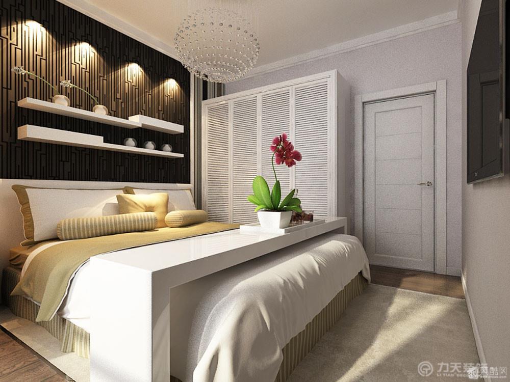 主卧室稍微有些造型,床头背景墙有一个造型板的装饰,然后下面贴了壁纸