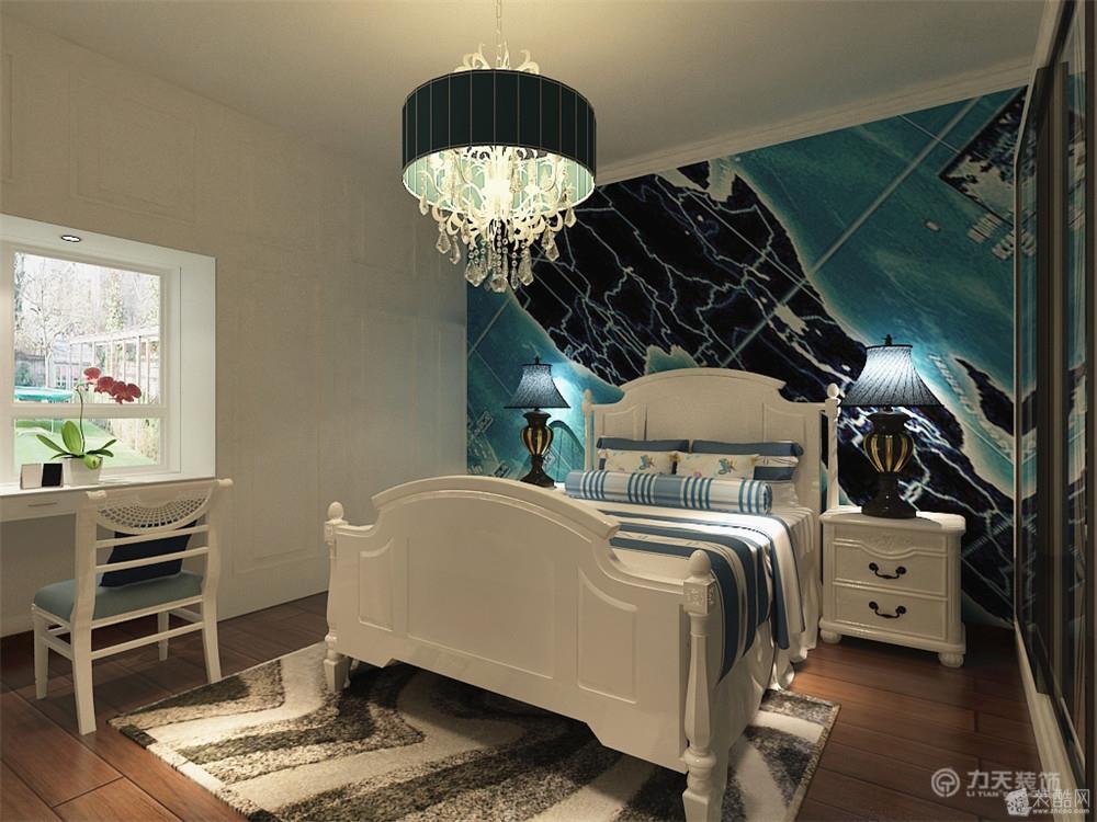 客厅的电视背景墙是以桃木,中式的镂空镜中间以带有图案的大理石搭配