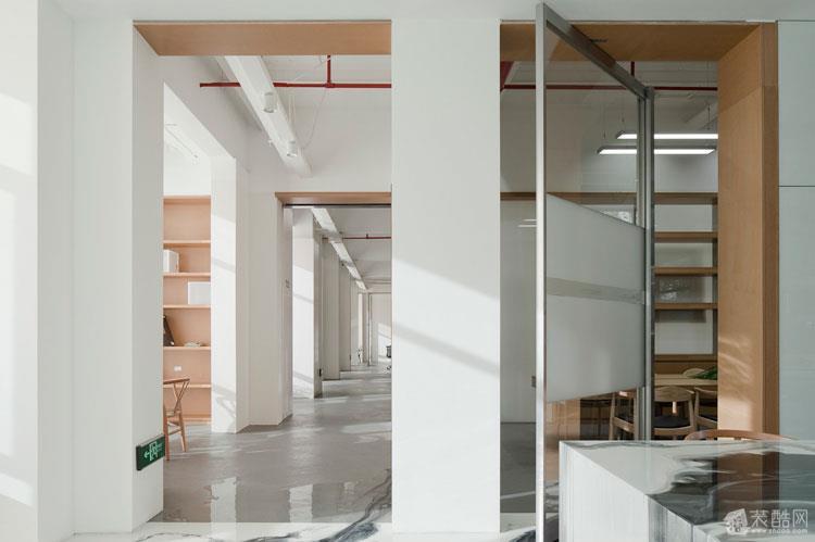 此办公室设计的主题是水墨,整个空间设计显得很灵动。 地面和桌面的水墨是一种无接缝的艺术树脂,纹理可以自由发挥,是很多艺术家的挚爱,水墨的意境表现用这个材质应该是最恰到好处的。