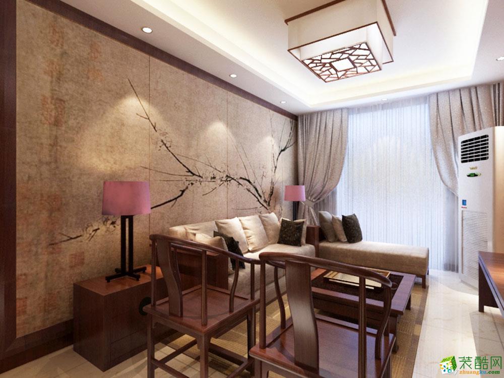 卧室的床头背景墙是用硬包以红桃木圈边来组成的.