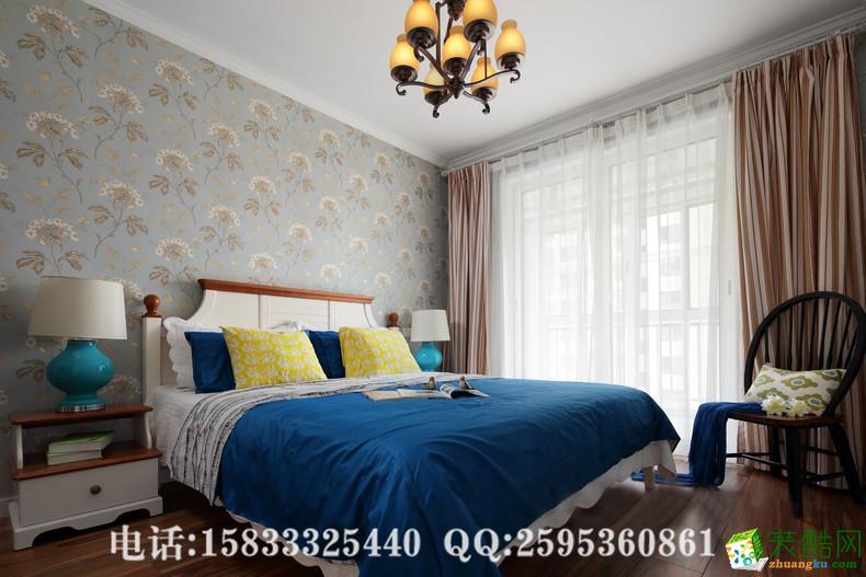 隐蓝的墙壁,宝石蓝的床品,撞色的抱枕。其实老人的房间也可以这么时尚和意境。老人房的一角,花溪一样流了进来,在一个阳光的午后,捧起一本好书,有一些好时光就是这样消磨掉的。