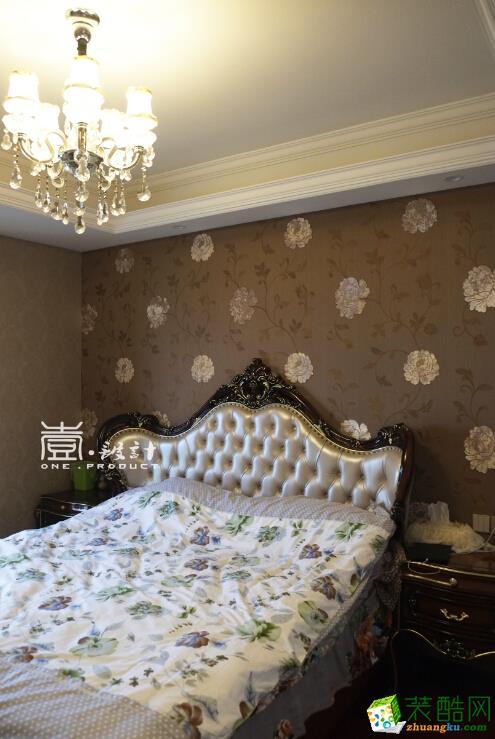 床头背景墙让空间看起来没那么沉闷