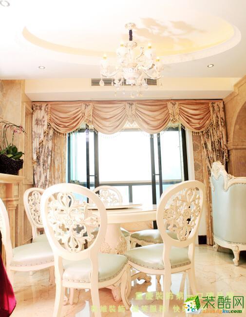 餐厅客厅墙面造型采用茶镜和实木线条的搭配方式来凸