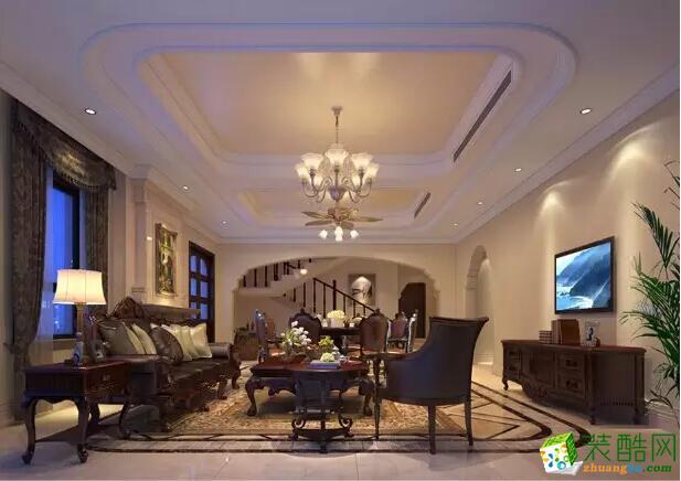 会客厅:背景墙很是显眼,搭配华丽的水晶大吊灯,让整个客厅更加温和。
