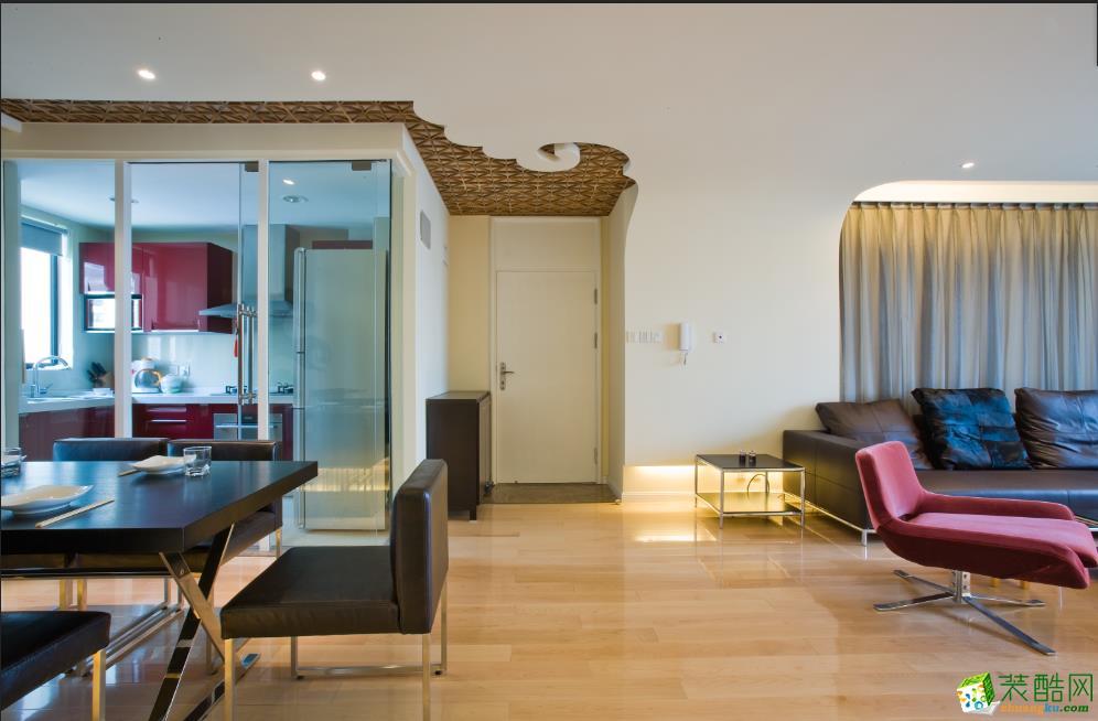 空间类型:简约风格 两室两厅一卫 房屋面积:70㎡ 装修方式:半包 工程造价:3万 本设计运用了新东方的元素结合了现代风格的弧形设计,使空间连贯流畅,具有变化性。