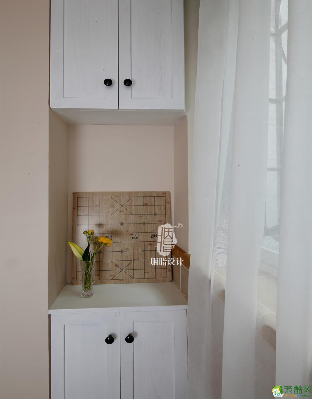 另一侧同样设计一个两层的小柜,把有限的空间尽量利用起