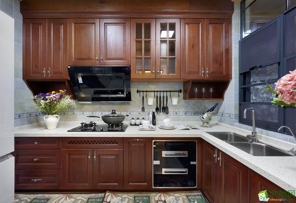 厨房装修效果图,色调也与餐厅餐桌家具相互应
