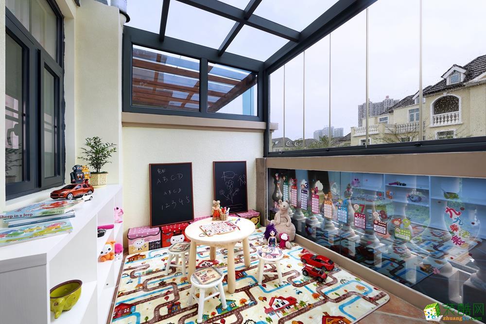阳台装修阳光房作为小伙伴们的游乐园,软垫防摔、黑板可乱画、边柜可收纳