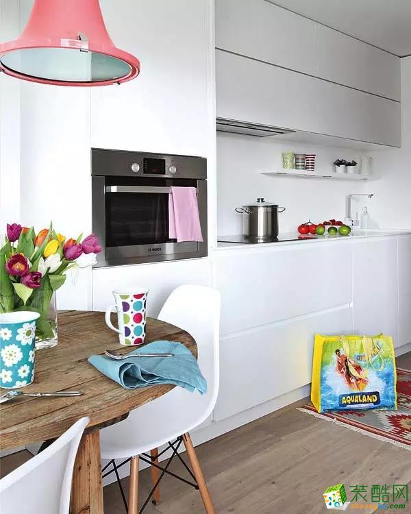 光线明亮的厨房与餐厅装修效果图