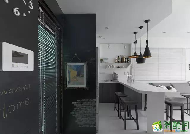 玄关的墙面做成黑板墙,延伸至厨房,给家带来童趣,也给了孩子一个绘画的好地方。