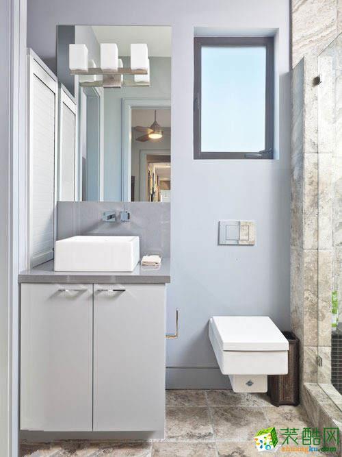 大理石材质的淋浴间与马桶和洗漱台空间本身材质的不