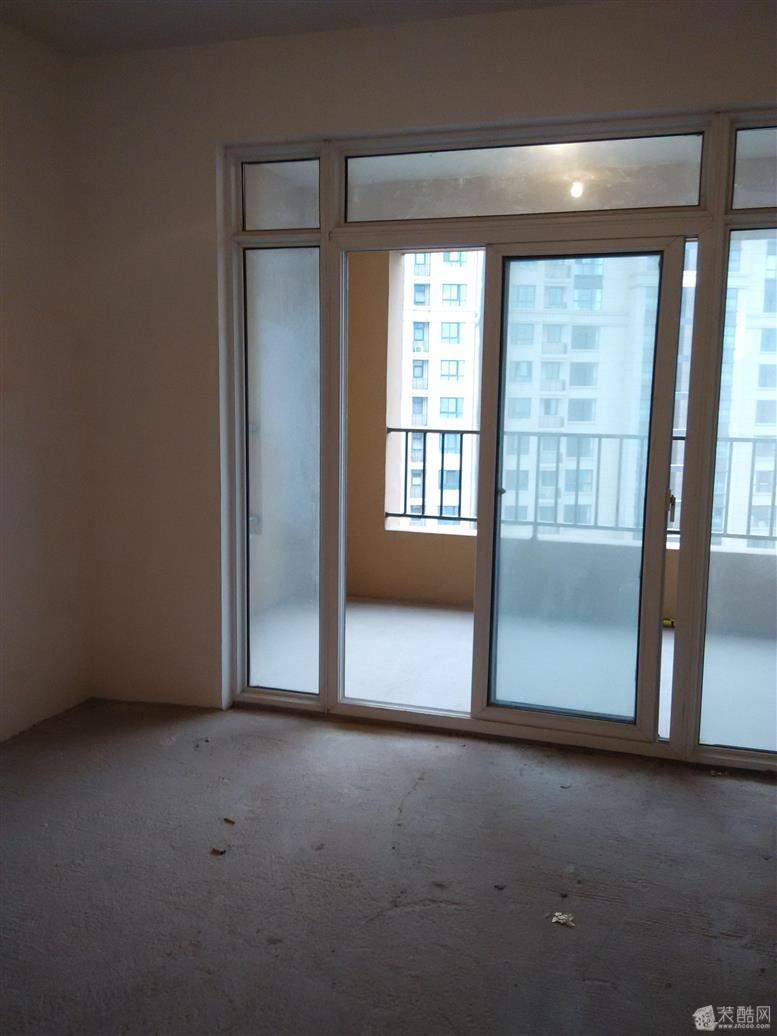 入户门对着阳台不好?在客厅边设计隔断效果会好吗?