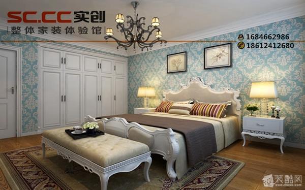 灰色的天然纹理和两边白色欧式护墙板给人大气奢华的