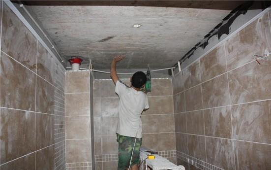 这样泥水师傅贴砖的时候才能留到那个位置