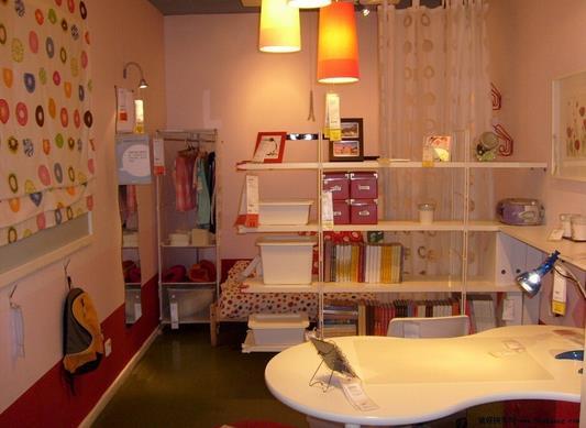 1、装修设计尽量DIY 单身一族尤其是单身男士对家居的清扫比较不行,而室内空间本身就小,一旦东西乱摆放,就很容易让人产生压抑感,就算是装修很高档的家居也是一样。所以,在装修设计时要考虑用DIY形式,家具的布置要简单实用、以及灵活,不需要太多的硬装修,但装修工艺要有细腻、风雅,多余的装饰物品不需要太多。