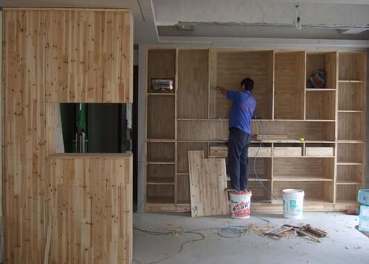 下面是重庆木工装修的报价信息介绍 一、重庆木工装修价格是多少 比如两室房子需要做两个衣柜费用,一般一个衣柜好一点的板材需要花费在6000元以上。 1.一般装修,木工部分为大头,约占总工程量70%,其中工费为木工部分的40%,只能告诉你,木工人的工费:技术工人(俗称大工)120元每天,小工(也就是指打杂的,给技工帮忙的)每天工资80元。 2.