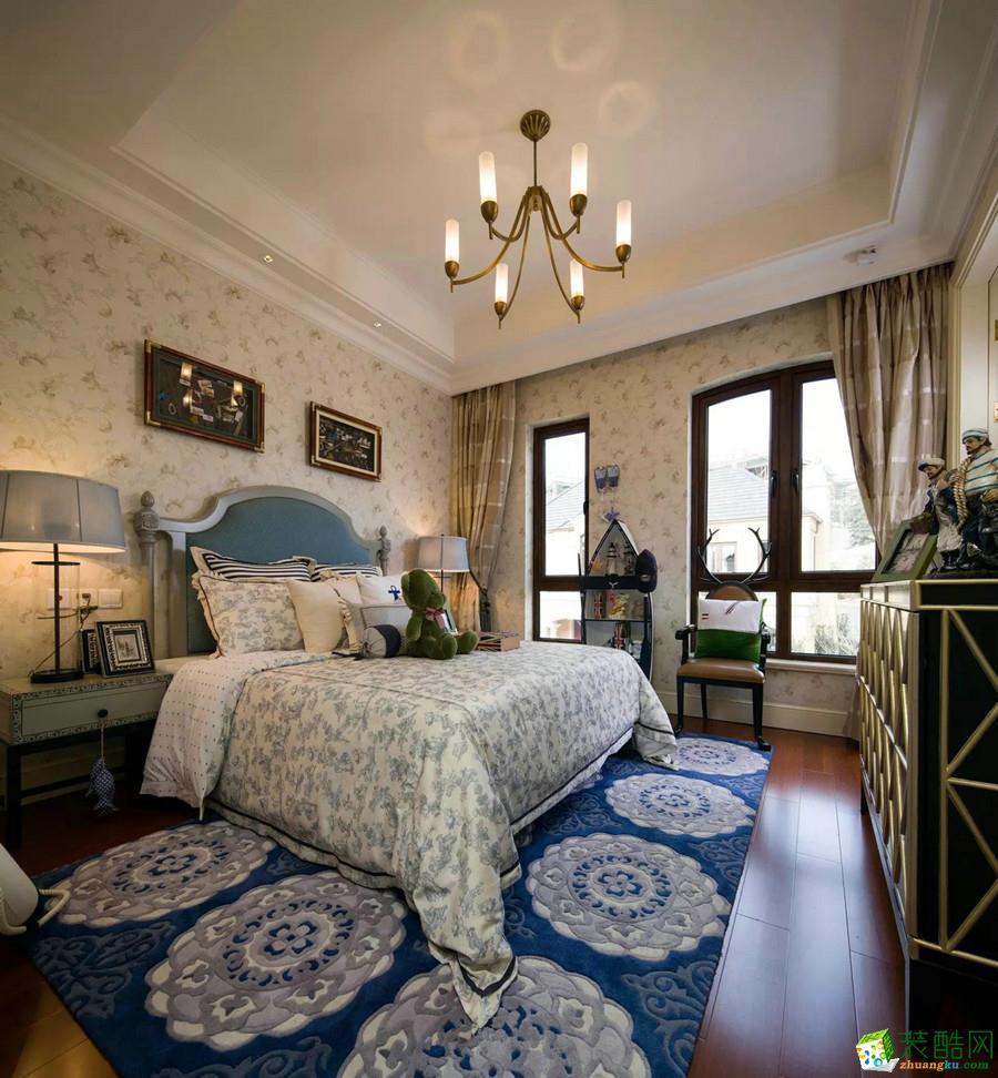 空间类型:法式风格 四室两厅两卫 房屋面积:168 装修方式:半包 工程造价:13.9万 软装定位为法式风格。法式风格弥漫着复古、奢华、自然主义的情调。巴黎的浪漫,贵在生机盎然的生命气息,这种贵散发着人文和古典气息,舒适、优雅,安逸是它的内在气质贵族风格,高贵典雅。巴洛克式的木质雕花,白色的卷草纹窗帘、璀璨的水晶吊灯、饱满的花艺搭配,形成浪漫清新的法式空间