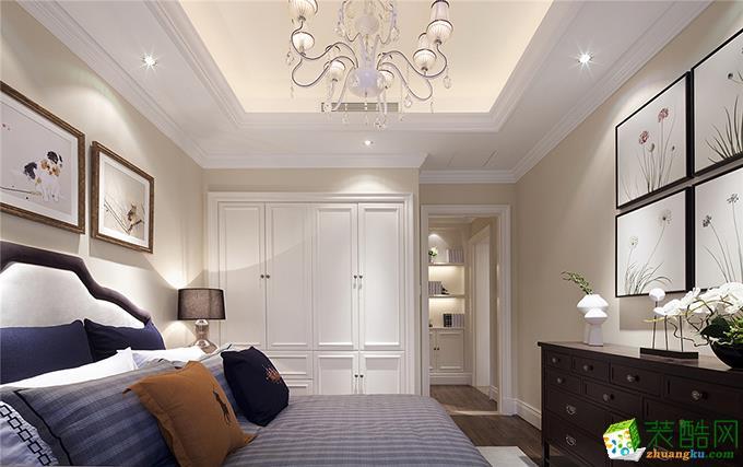 卧室简洁的挂画与明亮的吊灯装饰,整体都以白色为主,大大的嵌入式衣柜更是为房间增加了空间,看着也很舒服。