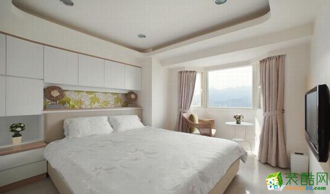 卧室 明亮洁净的主卧室,以白色及浅色木纹为主,创造简约的生活质感。 83平现代风格装修效果图-海天装饰