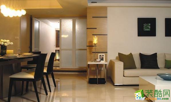 客厅、餐厅�窨�放方式规划,无介面的设计,加大空间感觉。餐厅与和室之间利用实木地板架高设计,配置喷砂玻璃为主的推拉摺叠门扉,无形中引入充裕的光影,同时空间在开放或独立之间,更为俐落。