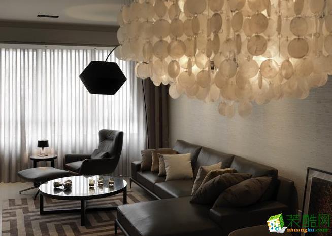 餐厅 餐桌上方的一盏特制的大型贝壳吊灯,俨然成为空间中的焦点,藉由光线的�m述营造华美的气韵。 159平四居室现代风格装修效果图-予我装饰