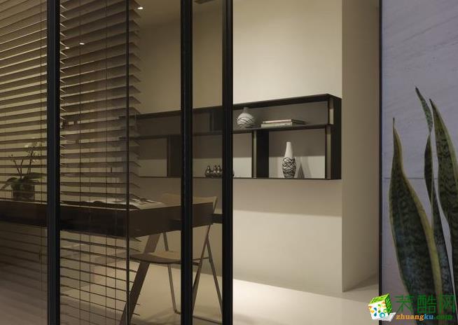 改造浴室成为通透的书房,由铁件隔屏与铁件书架打造,并配置木百叶考量屋主隐私。
