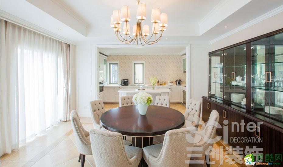 餐厅的原木小圆桌和布艺餐椅非常温馨迷人。白色窗帘更加浪漫。