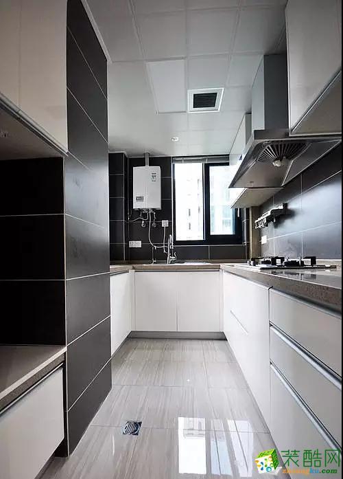 白色调的厨房中间保留了一个备用地漏