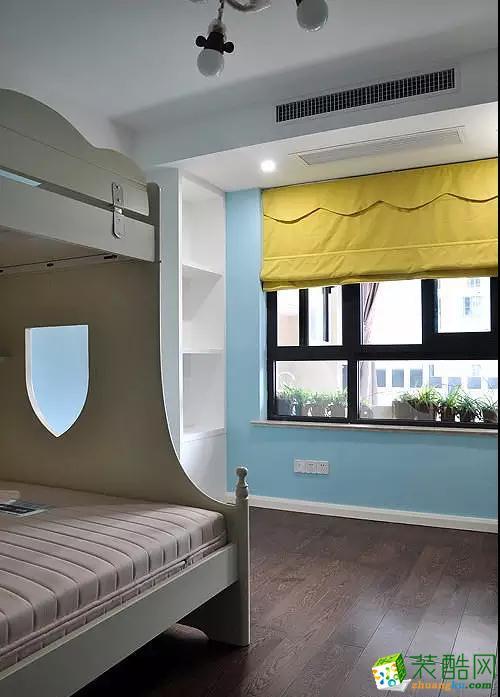 浅蓝色的儿童房,深色上下床很温馨。