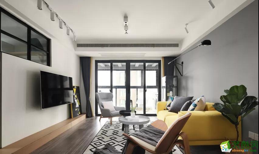 长臂壁灯,包裹感很强的沙发,暖暖的。