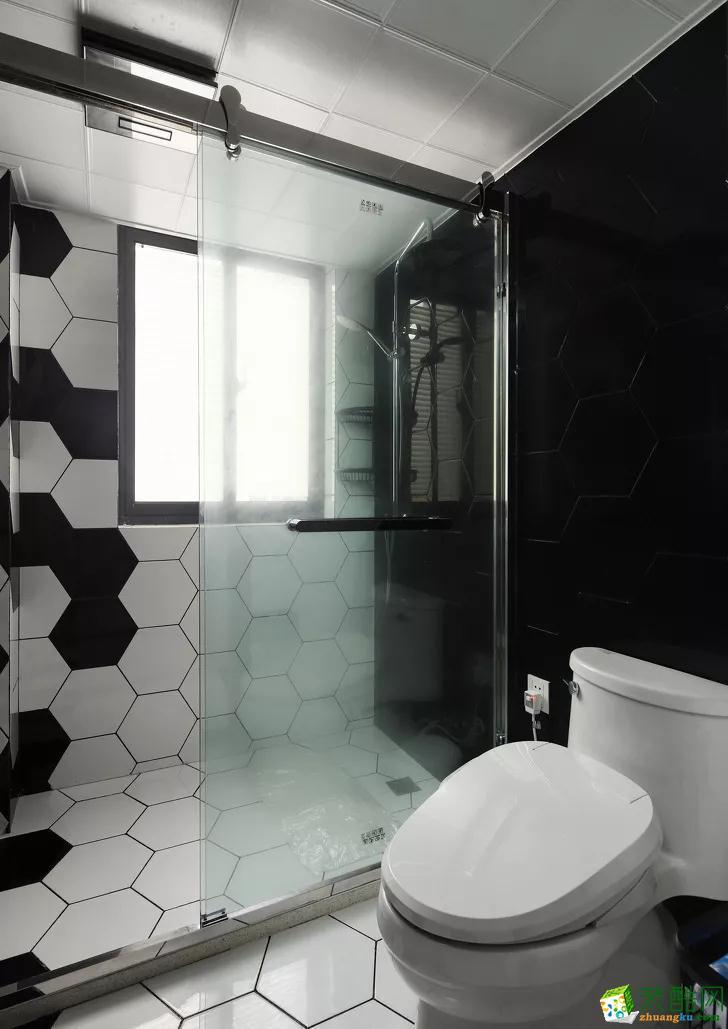 卫生间黑白色六角砖搭配使用,白色为主,黑色为辅,有主有次,层次分明。