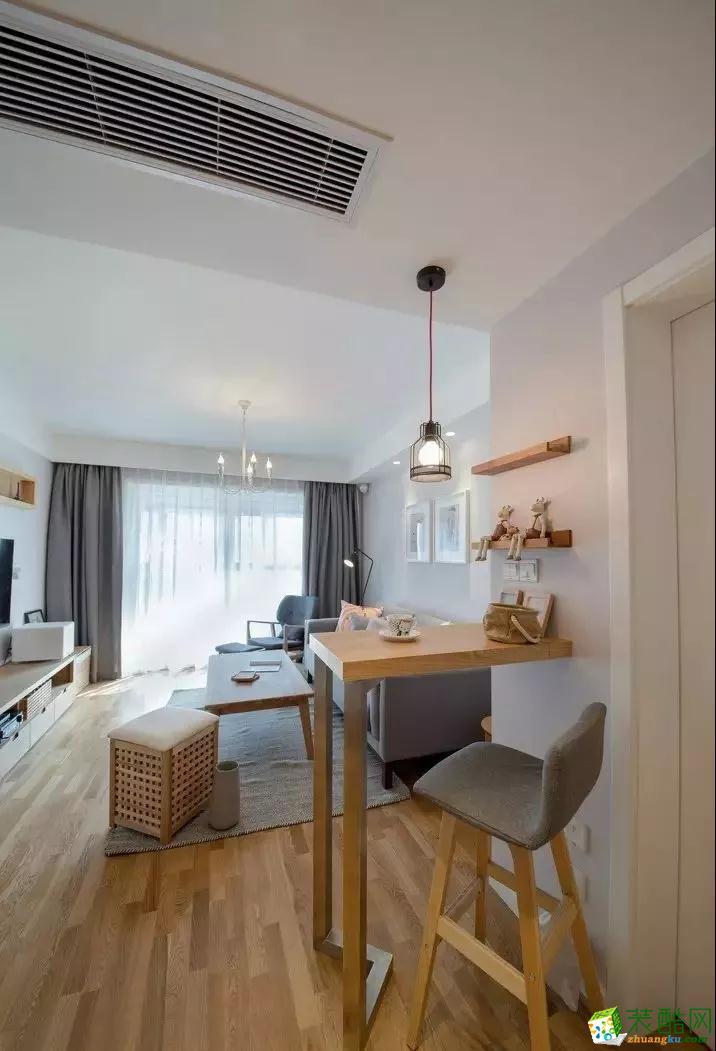 巧用吧台作隔断,既阻挡视线直接落入客厅,又打造了精致小巧的休闲区。