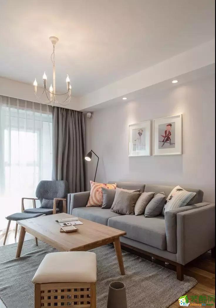 客厅主要以原木色与灰色为基调,十分简洁素雅。