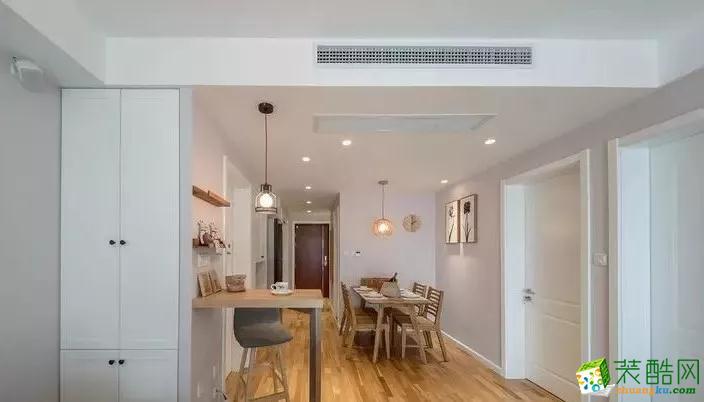 自然质朴,吊灯营造温馨的用餐空间。由餐厅看向入户门,厨房采用了白色的玻璃格子移门设计,减轻入户走廊的狭窄感。