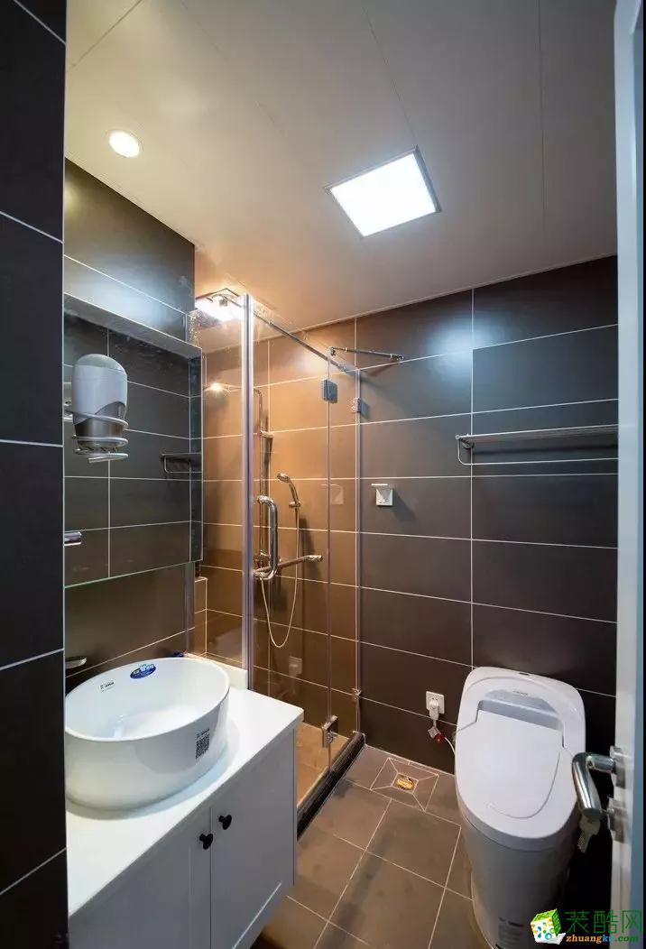 卫生间干湿分离,防止湿气散发,镜柜的设计方便收纳很多洗漱用品。