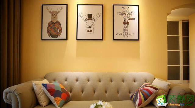 铆钉布艺沙发,美式韵味,背景墙上一组鹿元素装饰画点缀