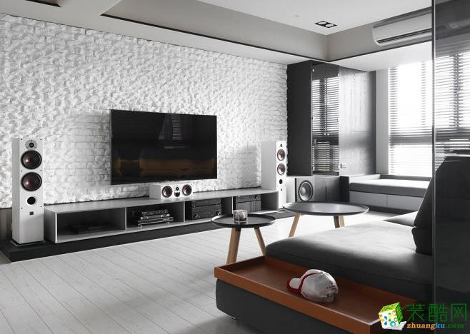 电视墙使用火头砖及刷白处理,呈现粗犷的凿面;右侧则构置一面酒柜,满足屋主小酌的雅兴。