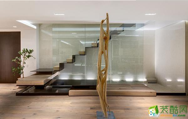 复式楼最大的特色就是运用了楼梯设计,楼梯设计时要讲究它的美观和所占空间的大小。木质镂空楼梯,左面以墙为支撑点,右边运用透明玻璃,整个效果流畅干净、不拖泥带水,给人一览无余的视觉体验。