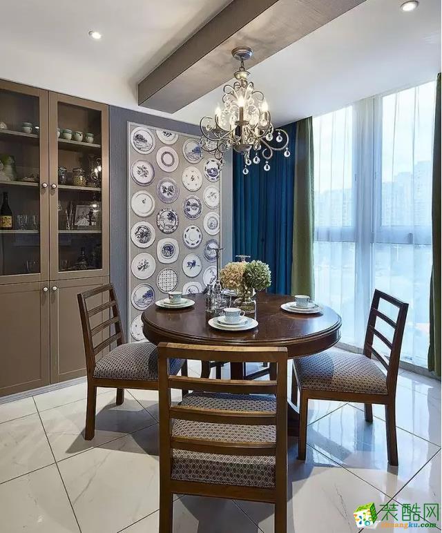 餐桌旁边设计了顶天立地型的餐边柜,让收纳空间变得特别充足。