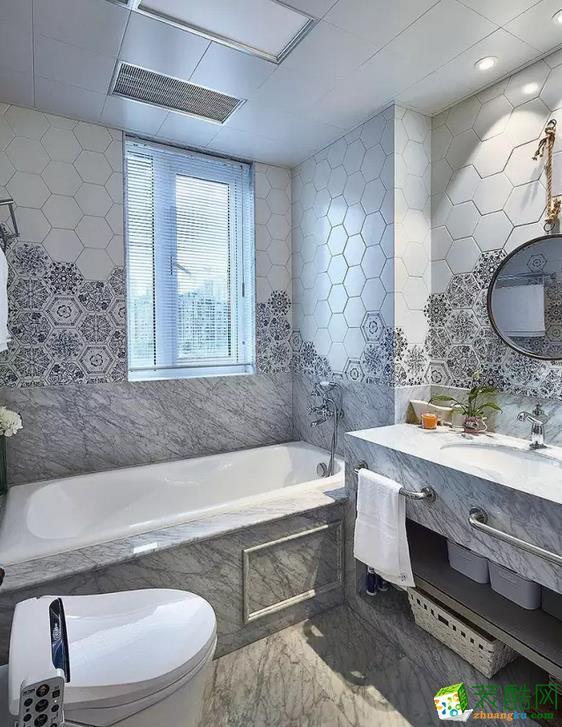 卫浴间的地面铺着灰白大理石,墙壁上拼搭了花纹瓷砖,看上去生动清雅。靠窗位置安置浴缸,很舒适大气。