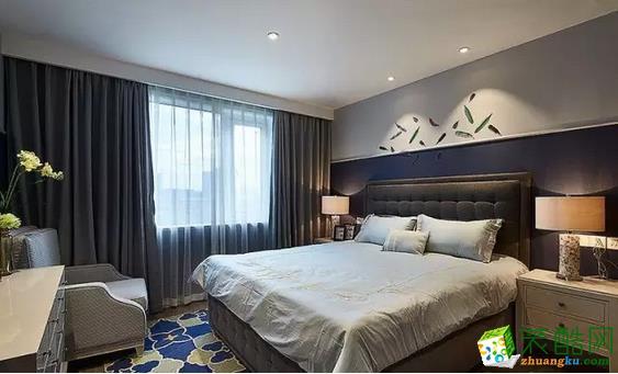 卧室依旧延续了客厅的设计风格,走的是简约美式的格调。深浅不一的蓝色与灰色混搭在一起,使得空间的层次感增强。