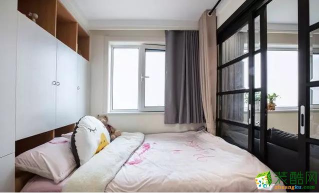 卧室 书房兼卧室,与客厅之间由黑框推拉玻璃门相隔,增加房间的采光度。 【爱森德装饰】68�O北欧风格装修效果图