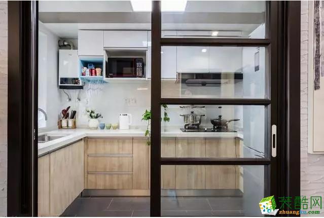 厨房 厨房设计了U型橱柜增加厨房的储物空间,满足业主的收纳需求。微波炉嵌入橱柜,节约了厨房空间,并且提高了操作的便利性。 【爱森德装饰】68�O北欧风格装修效果图